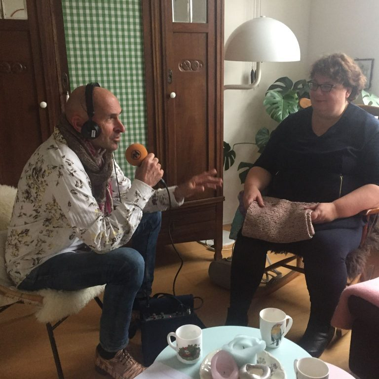 Derk Bosscher van RTV Noord interviewt Hennie van Driel-Griede vanaf minuut 9'25 en 23'25
